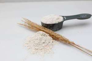 Mehl auf der Arbeitsoberfläche und im 1/4 Cup