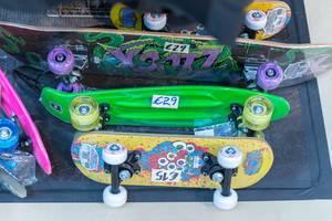 Mehrere bunte Skateboards für Kinder zum Verkauf