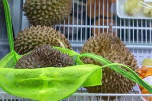 Mehrere Durian-Früchte in einem Regal eines Supermarktes