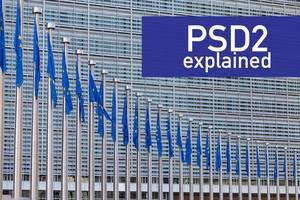 Mehrere Europaflaggen und PSD2 erklärt - Erläuterung zur EU Zahlungsdiensterichtlinie für Internet-Banking