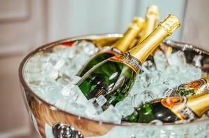 Mehrere Flaschen Champagner auf Eis