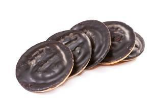 Mehrere Kekse mit Orange und Schokolade überzogen, auf weißem Untergrund