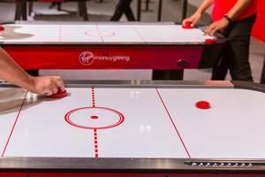 Mehrere Spieler spielen Airhockey
