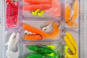 Mehrfarbiges Fischköder zum Angeln, in einer Plastikverpackung