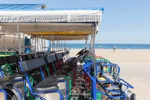 Mehrpersonenfahrräder zum Ausleihen am Strand North Avenue Beach in Chicago
