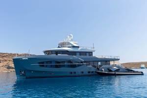 Mehrstöckige Luxusyacht von Numarine auf der Ägäis