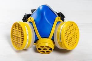 Mehrzweck-Atemschutzmaske auf einem Holztisch