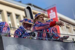 Menschen auf dem Trump-Wagen - Kölner Karneval 2018