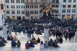 Menschen auf den Treppen des Piazza di Spagna - der weltbrühmte Spanische Platz