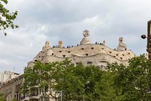 Menschen auf der Dachterrasse des Casa Milà Gebäudes von Architekt Antoni Gaudi in Barcelona, Spanien