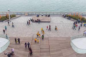 Menschen auf der Seebrücke Navy Pier mit Blick auf Lake Michigan
