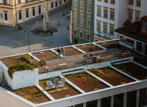 Menschen auf einer Dachterrasse in Brünn, Tschechien