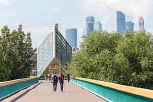 Menschen auf einer kleinen Brücke über der Moskwa, Moskauer Skyline im Hintergrund