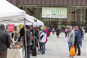 Menschen beim Einkaufen - City Market, Chicago