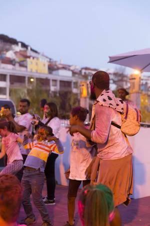 Menschen beim Fest der Farben Holi in Lissabon, Portugal