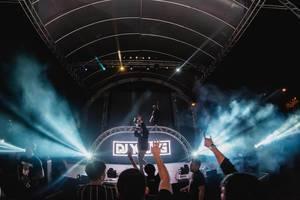 Menschen feiern vor Bühne beleuchtet von Scheinweifern am Dinagyang Festival, Philippinen
