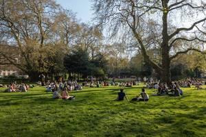 Menschen genießen einen sonnigen Tag im Park