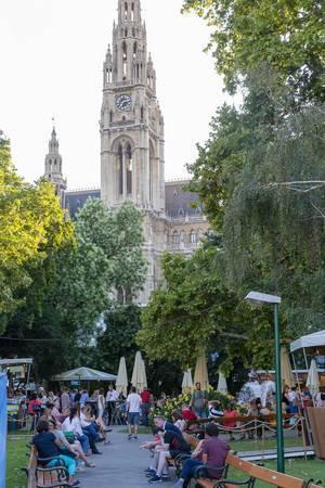 Menschen im Rathauspark in Wien