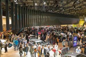 Menschen in der Messehalle der IAA - Internationale Automobil-Ausstellung in Frankfurt