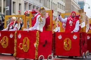 Menschen in Musikboxen beim Rosenmontagszug - Kölner Karneval 2018