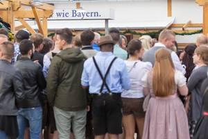 Menschen in Trachten und gewöhnlicher Kleidung - Oktoberfest 2017