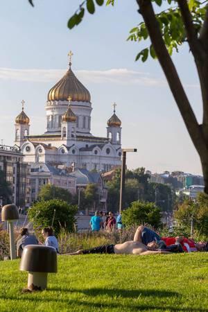Menschen liegen auf dem Gras im Park, die Christ-Erlöser-Kathedrale im Hintergrund