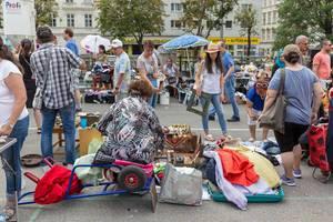 Menschen schauen sich gebrauchte Waren am Naschmarkt Flohmarkt an