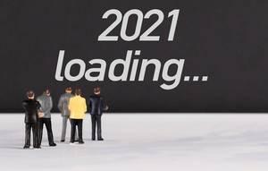 """Menschen stehen vor dem Text """"2021 lädt ..."""""""