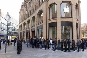 Menschen warten vor dem Apple Store, in der Hoffnung ein iPhone X zu ergattern