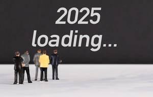 """Menschenfiguren stehen vor einer Wand mit  """"2025 loading"""" als Text"""
