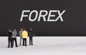 """Menschenfiguren stehen vor einer Wand mit  """"Forex"""" als Text"""
