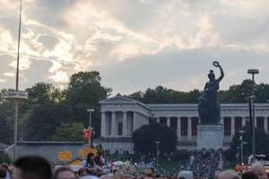 Menschenmenge unter der Bavaria-Statue - Oktoberfest 2017