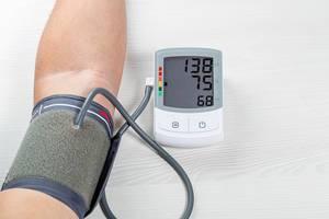 Menschliche Kontrolle von Blutdruck und Herzfrequenz mit digitalem Druckmessgerät:  Gesundheitswesen und Medizinisches Konzept
