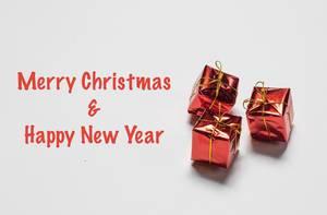 Merry Christmas & Happy New Year - Frohe Weihnachten und ein Frohes Neues Jahr mit kleinen Geschenken auf weißem Hintergrund