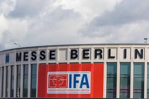 """Messe Berlin Schriftzug mit """"IFA consumer electronics unlimited"""" Plakat aufgehängt über dem Eingang der Messehalle in"""