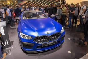 Messebesucher fotografieren das BMW 8er Coupé Auto M8 Competition in strahlendem blau