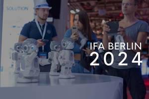 "Messebesucher fotografieren Miniaturroboter, neben dem Bildtitel ""IFA BERLIN 2024"""