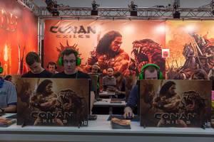 Messebesucher spielen Conan Exiles