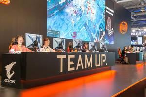 """Messebesucher spielen PC-Spiele am AORUS """"Team Up"""" Stand auf der Gamescom"""
