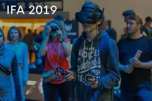 """Messebesucher spielt Computerspiele mit VR-Brille, neben dem Bildtitel """"IFA 2019"""""""
