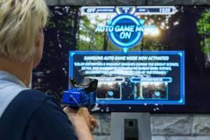 Messebesucher testet den Samsung Auto Game Mode