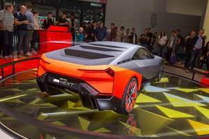 Messebesucher vor der Ausstellungsplattform für den futuristischen Hybridwagen Vision M Next von BMW