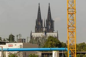 Messecity-Baustelle mit dem Kölner Dom im Hintergrund