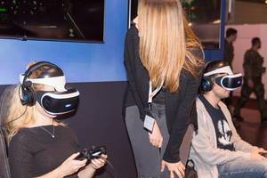 Messehostess erklärt wie das PlayStation VR Headset funktioniert – Gamescom 2017, Köln