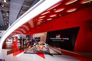 Messestand des Rennwagens Toyota Gazoo Racing bei der IAA 2017
