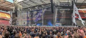 Metalfans und Konzertbesucher der Metallica-Tour beim Auftritt der Metalband im Kölner RheinEnergie-Stadion