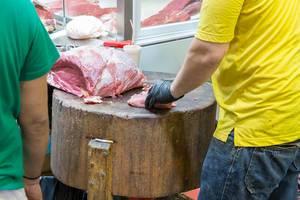 Metzger schneidet Fleisch am Kapani Markt in Thessaloniki