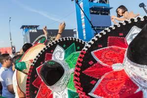 Mexikanische Fußballfans mit bunten Sombreros