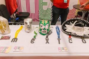 Mexikanische Masken und Sombreros an einem Stand bei der London Marathon Messe