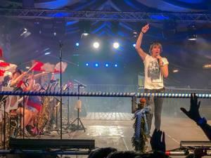 Mickie Krause mit gehobener Hand bei Auftritt - Köln Oktoberfest